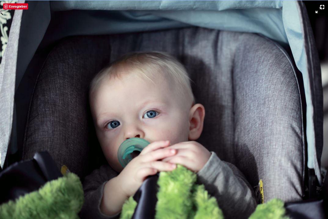 Bébé installé dans le siège auto de la voiture familiale